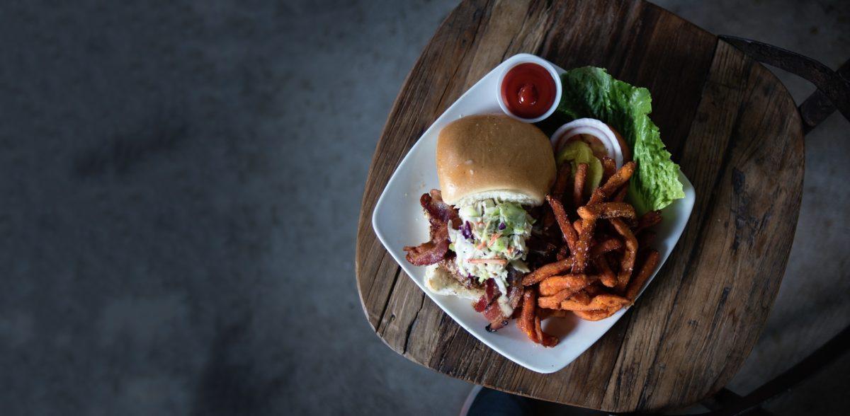 Le hamburger avec des onions rings… et la pkaïla !