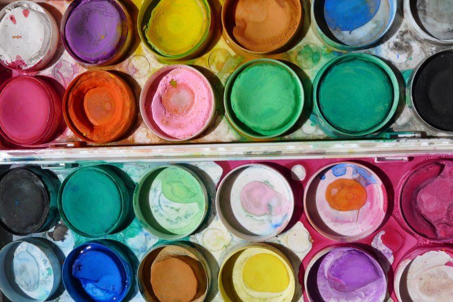 Un pinceau, de la couleur et beaucoup d'inspiration